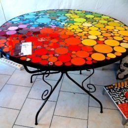 Table en mosa que de c ramique maill e morceaux d 39 assiettes et capsules de bi re du monde for Faire une table de jardin mosaique