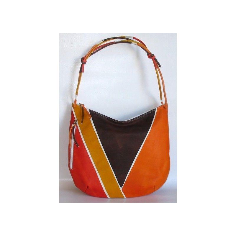 Borsa artigianale in pelle colorata dipinta a mano, colori rosso arancio giallo e nero su fondo bianco con motivo Geometrico. Forma piatta con tracolla in pelle multicolore regolabile. Chiusura con zip e tasca esterna.