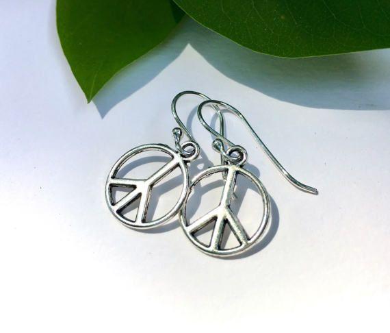 ☮️Peaceful style for everyday, any day. A great little gift. https://www.etsy.com/listing/398188607?utm_content=bufferd4d2d&utm_medium=social&utm_source=pinterest.com&utm_campaign=buffer #etsymntt #Peacesign #earrings
