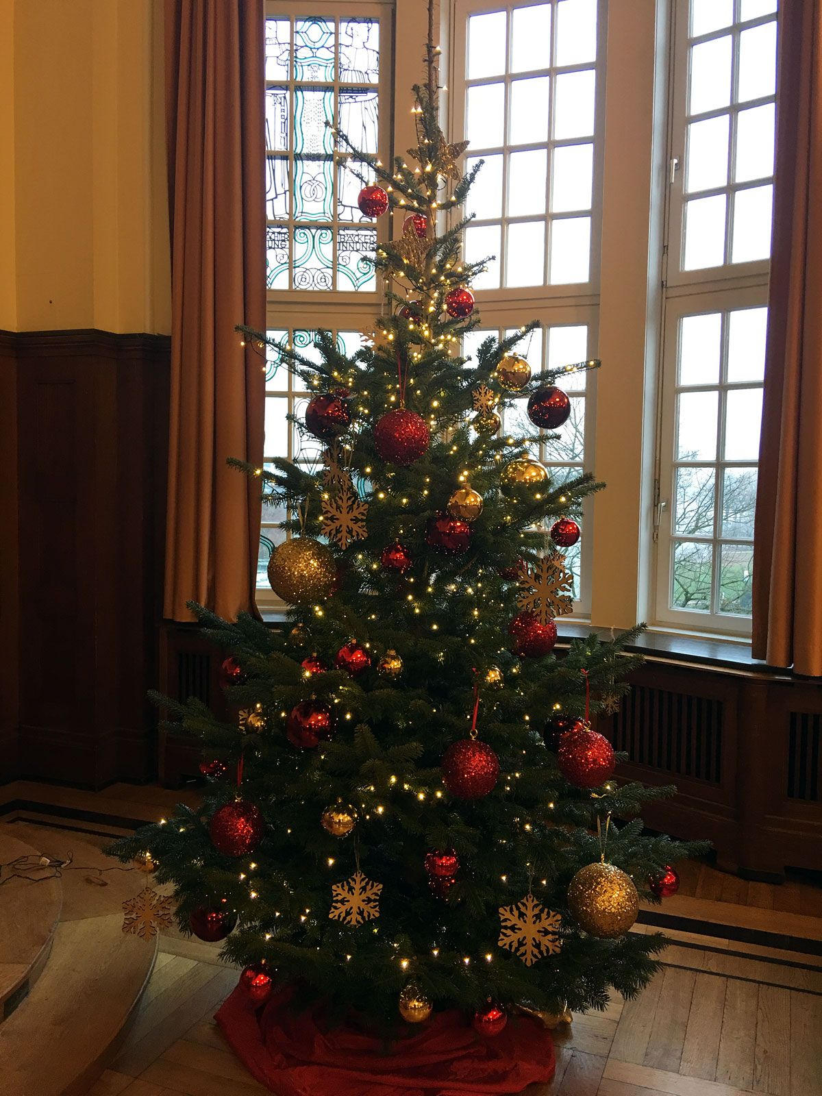 Weihnachtsbaum #Klassiker mit Dekoration in den Farben Rot