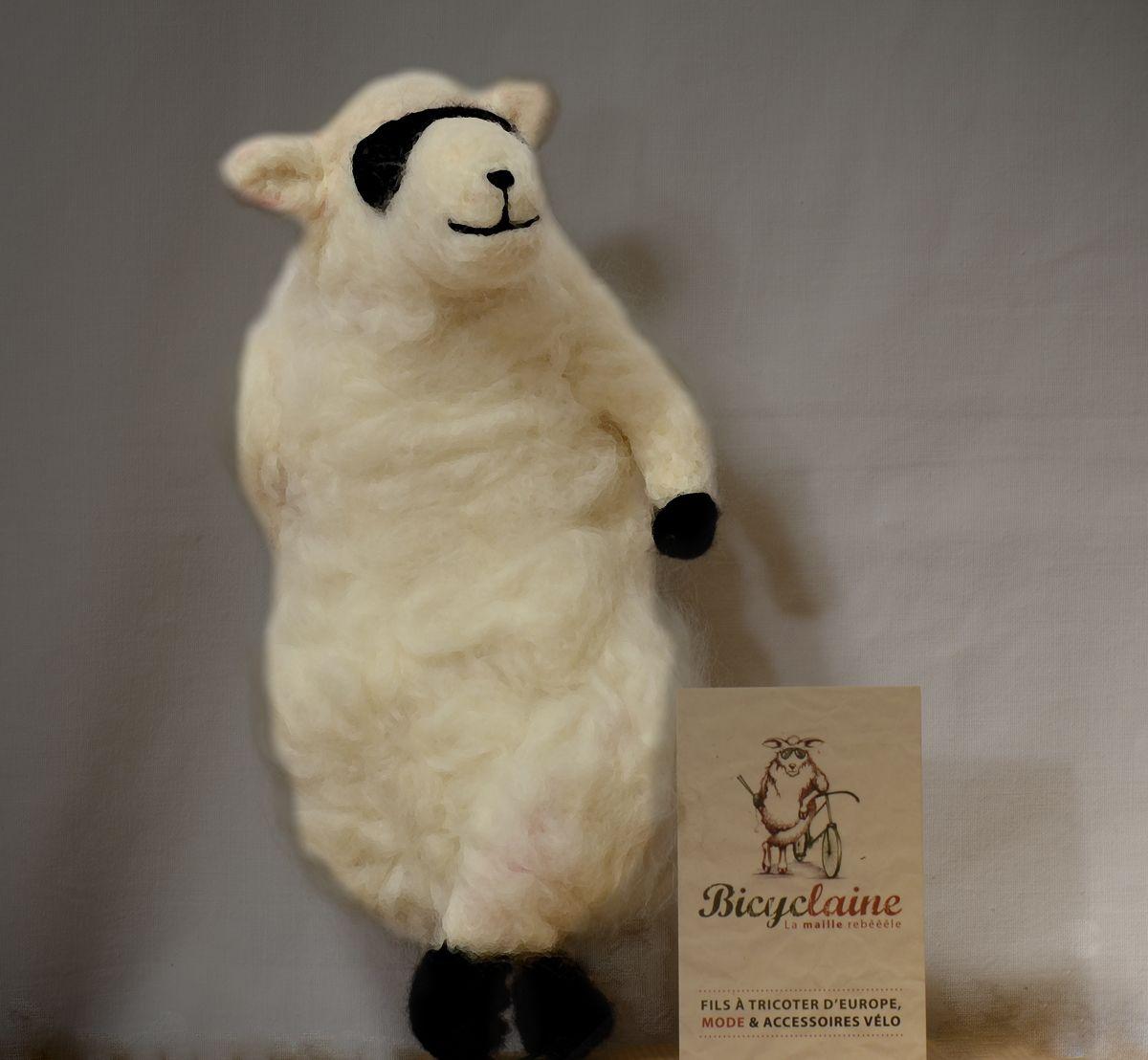 la mascotte Bébêêêle en laine feutrée à l'aiguille