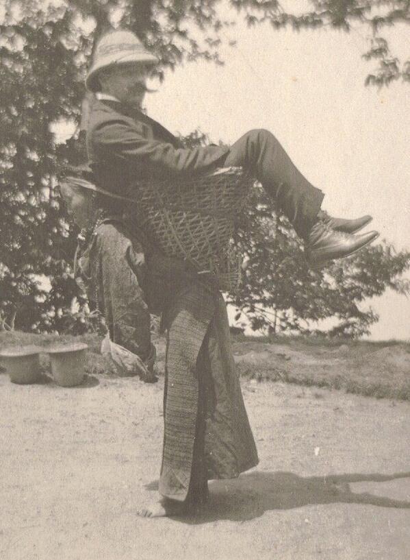 Resultado de imagen para foto 1903 niña lleva en andas a un comerciante ingles