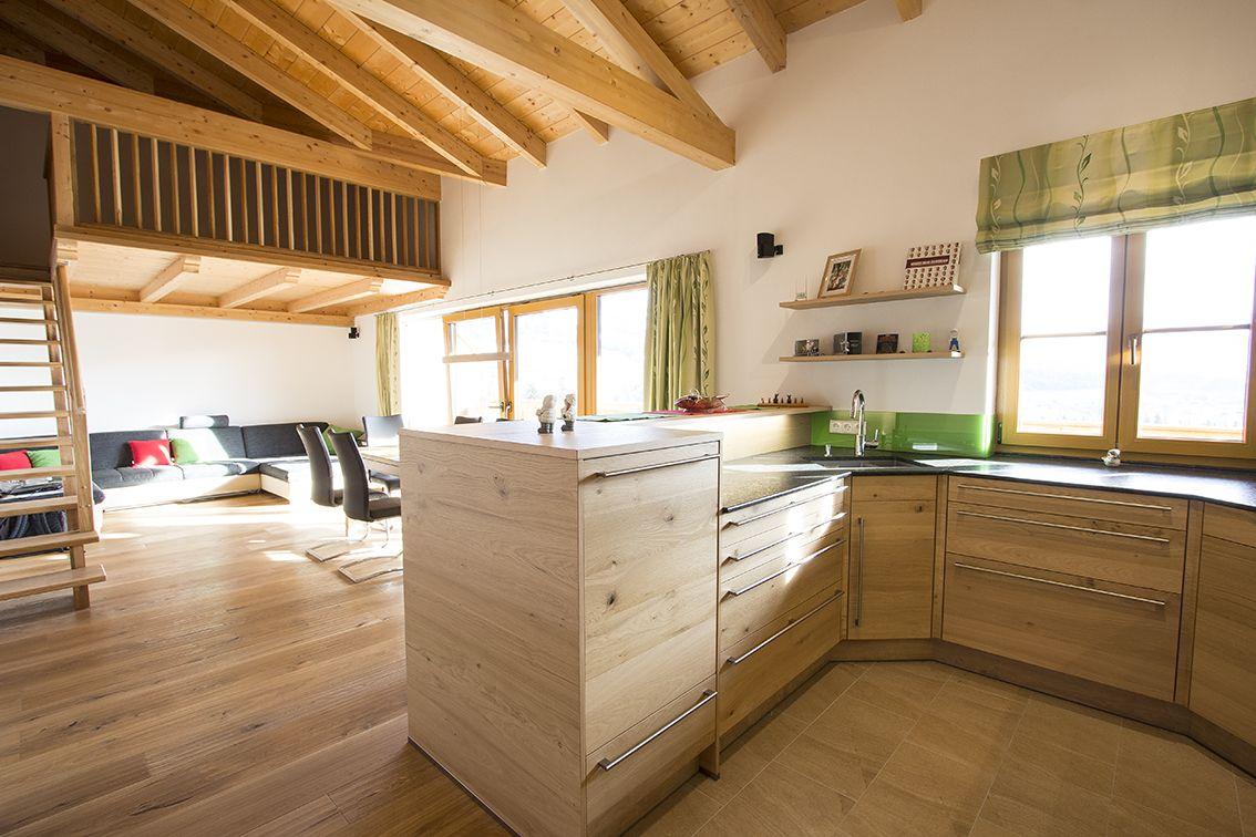 Wohnkuche In Eiche Durch Die Offene Holzkonstruktion Wirkt Die Kuche Besonders Grosse Und Sehr Wohnlich Pla Kuche Eiche Holzkuche Kuche Holz Modern
