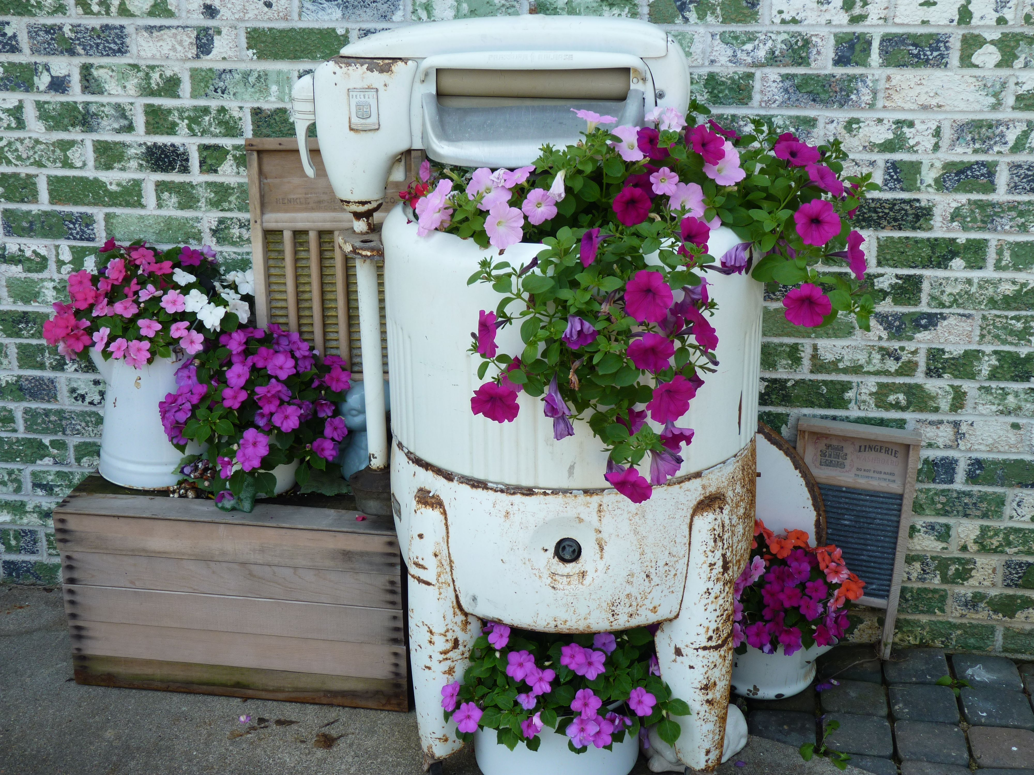 An Old Washing Machine That I Use For A Flower Pot Vintage Washing Machine Planter Vintage Washing Machine Old Washing Machine