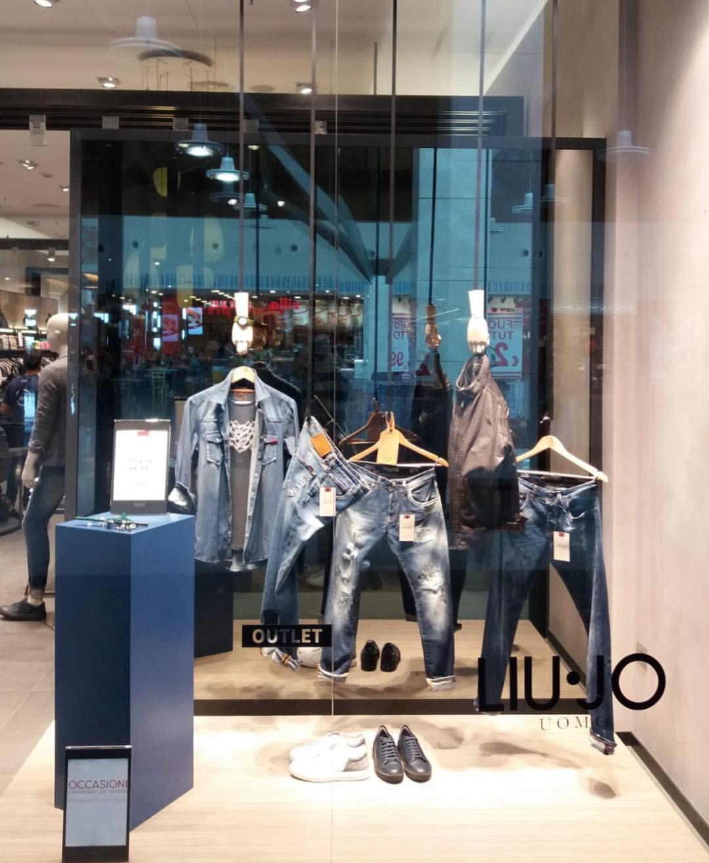 "Chispa  chispear editorial Oficiales  LIU•JO OUTLET, Milan, Italy, ""Fresh New Denim In-Store Now"", creative by  LabZerocinque, pinned by Ton van der Veer | Liu jo, Milan, Denim"