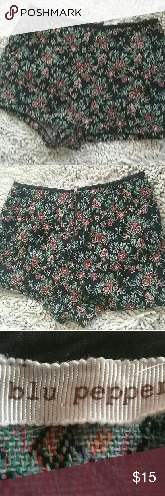 Shorts 60% Linen 40% cotton 100%Polyester M Beautiful  Blu Pepper shorts floral W/Zipper. Blu Pepper Shorts Jean Shorts