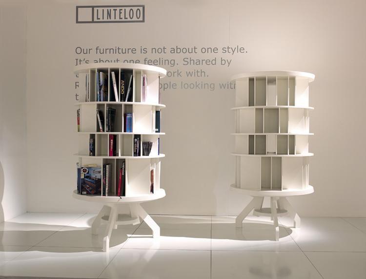 Een ronde boekenkast, ontworpen door de Nederlandse designer Roderick Vos.