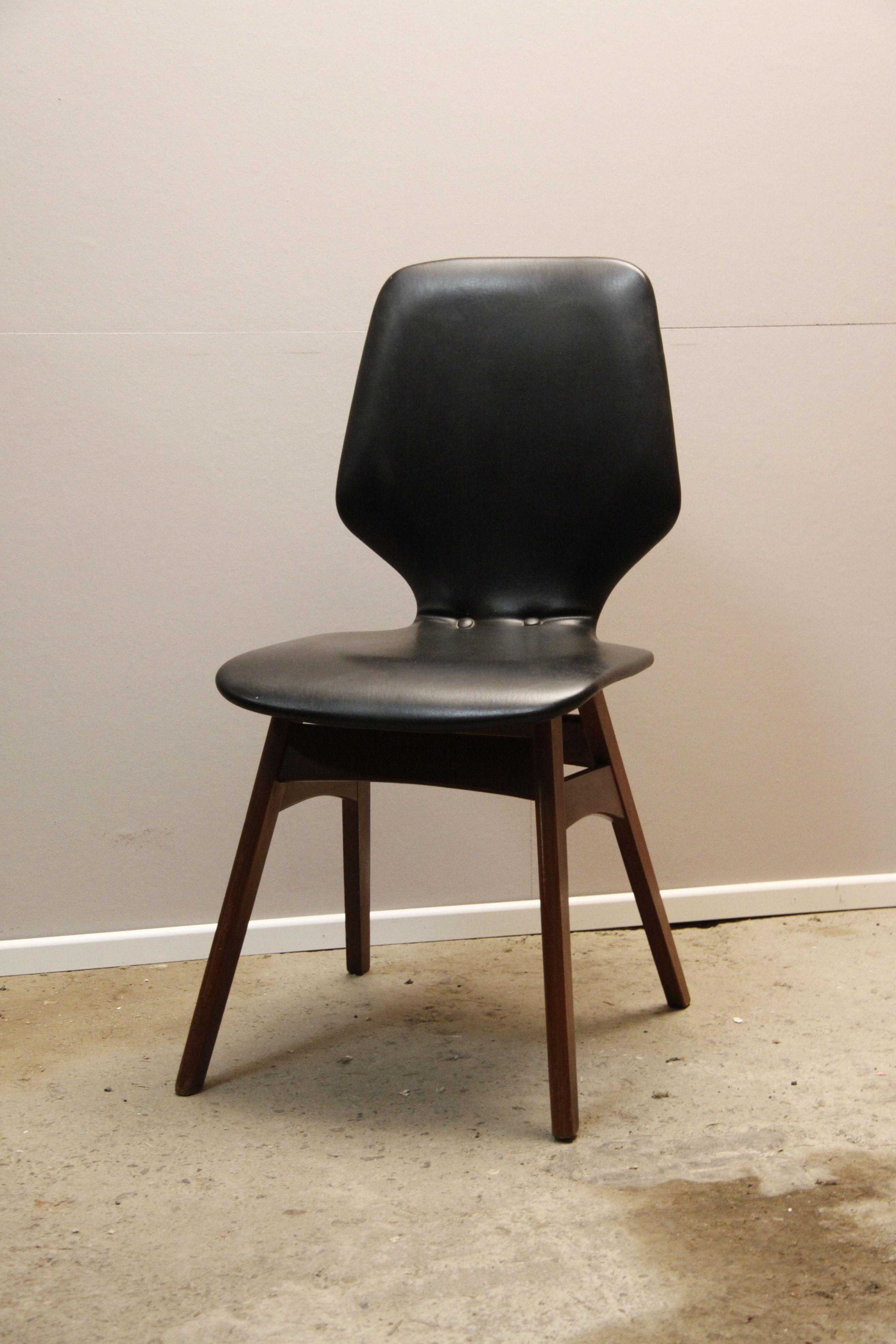 4 hippe 60s stoelen in Deense stijl, bekleed met zwarte skai. Verkeren allemaal in zeer goede staat. Geen scheurtjes, verzakkingen etc. Prijs per stuk: €55,- euro of €200,- voor de set van 4. www.daspasdesign.nl