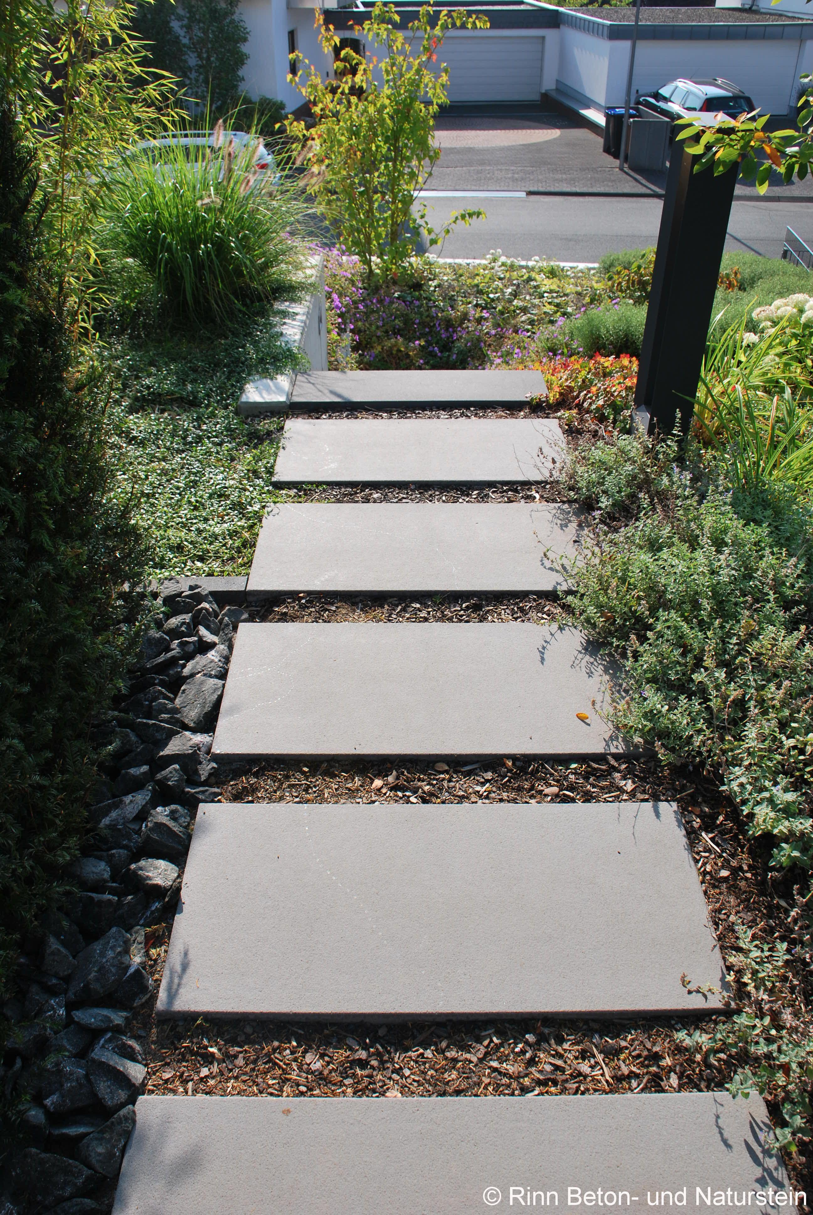 Es muss nicht immer Kies sein: Schrittplatten in Rindenmulch ...