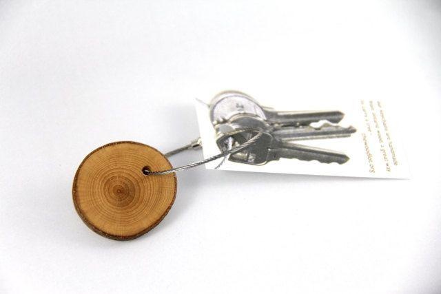 un boisé tutto per assicurarsi che si possono sempre trovare le chiavi:)  il faggio è un legno pulito, si possono vedere chiaramente gli anelli e sono un po  di un anello smerlato, non abbastanza rotondo, e la corteccia è un bel grigio liscio.  linserzione è per un portachiavi, una delle fette in immagini qui sopra. ogni fetta varia un po, a seconda di dove nel ramo è stato tagliato da, ma tutti sono ugualmente belli! * Nota: lultima foto è con altri tipi di legni per il confronto.  il legno…