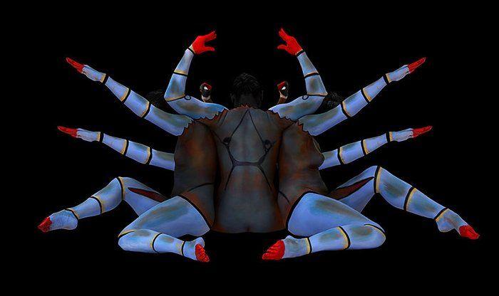 Sanatçı Insan Vücutlarını 12 Burcun Simgelerine Dönüştürüyor