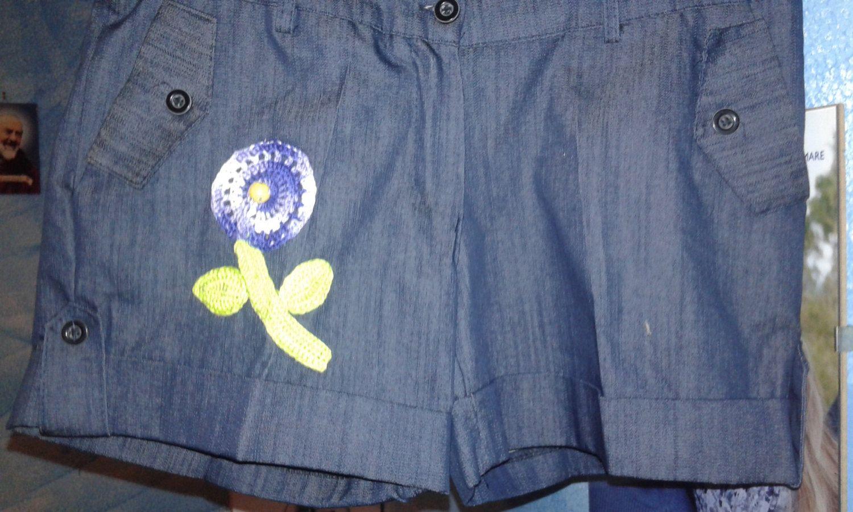 pantaloncini corti in jeans rimodernati con fiore realizzato all'uncinetto di uncinettotuttomatto su Etsy