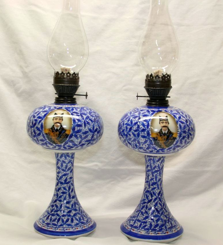 GARDNER DESIGN PORCELAIN OIL LAMP IN BLUE & WHITE COLOR & KING PICTURE OVER 21