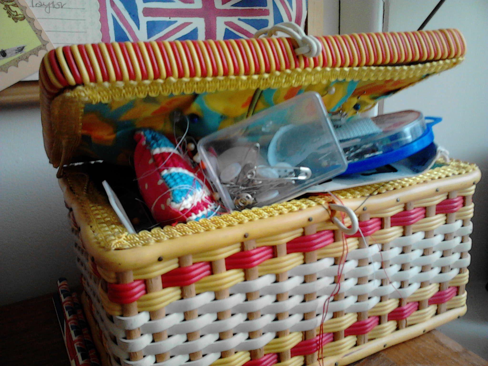 vintage sewing basket <3 it