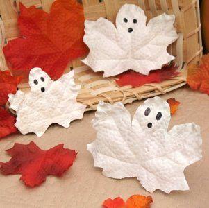 Kleine Geister aus Blättern.