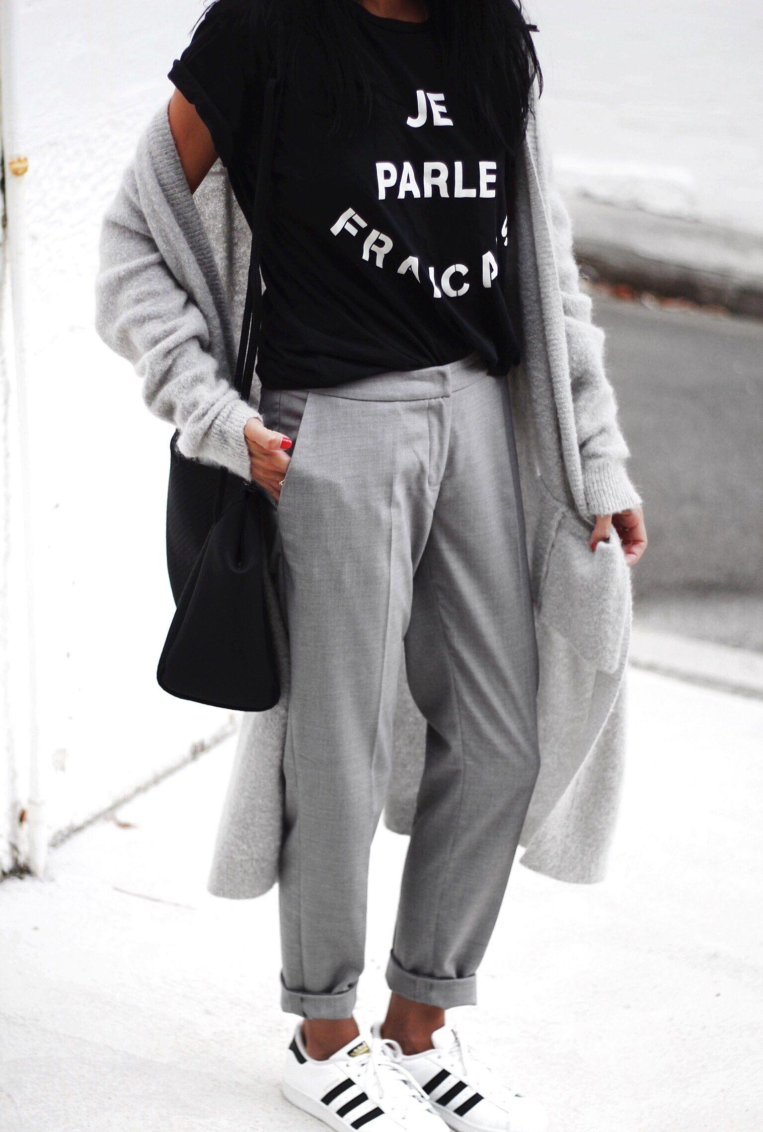 separation shoes 72066 3298c Autunno Inverno Primavera pantaloni grigio maglietta nera con cappotto  grigio e scarpe bianche