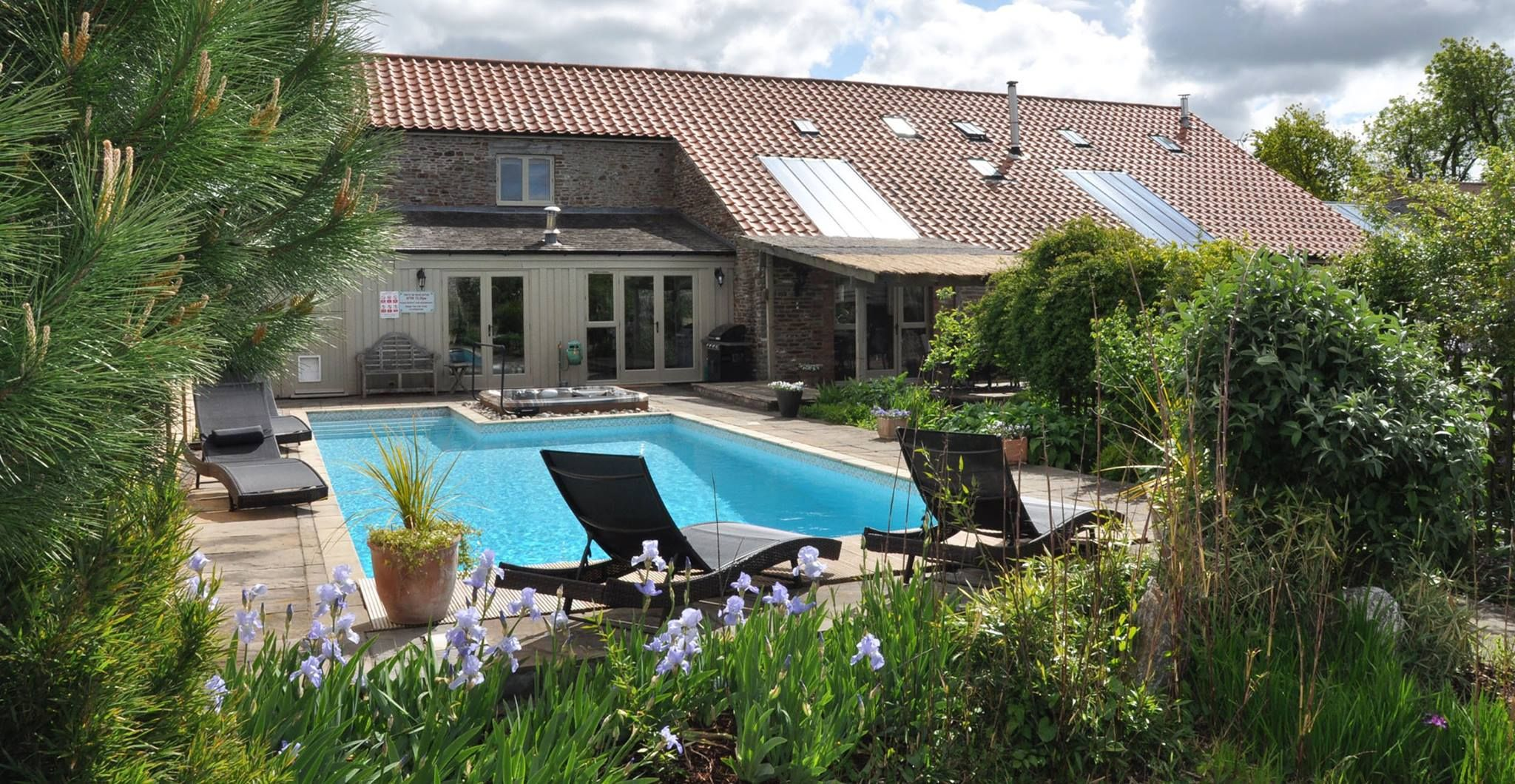 Henfield Barn has spa facilities, jacuzzi and an outdoor pool (heated Easter – October)
