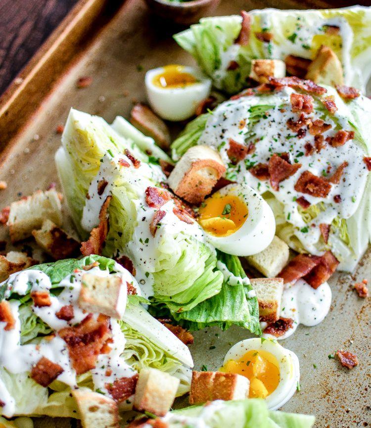 Iceberg Wedge Salade met gegrilde bacon is een recept om een hongerige menigte te voeden!  Het packs veel smaak en een heldere frisheid!  |  www.cookingandbeer.com