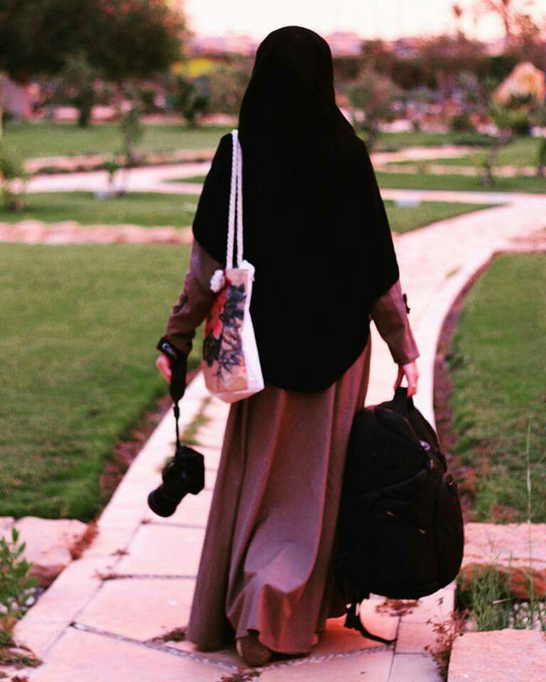 A muslim woman relieves a man 9