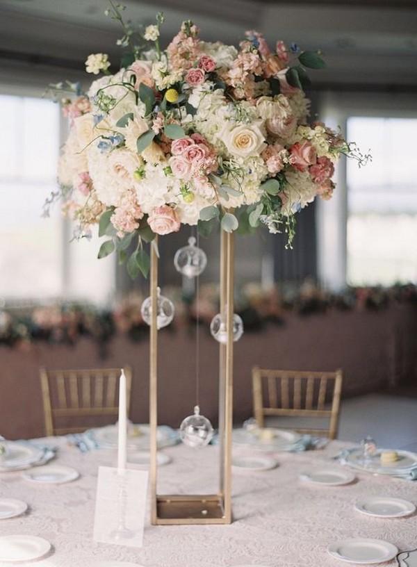 20 magníficos centros de mesa altos para bodas para tu gran día