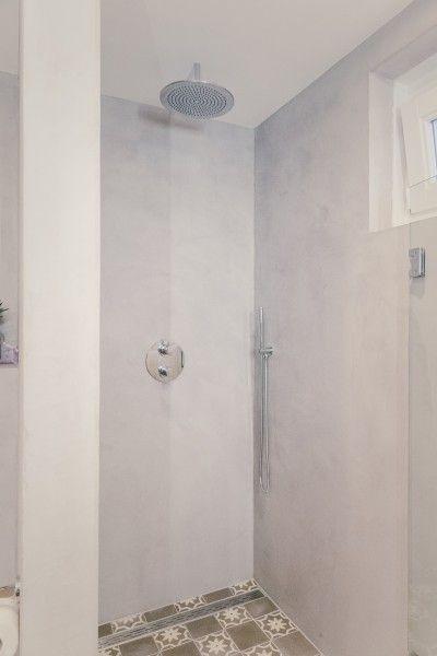 Concrete walls in a modern interior bathroom. Wanden van beton in ...
