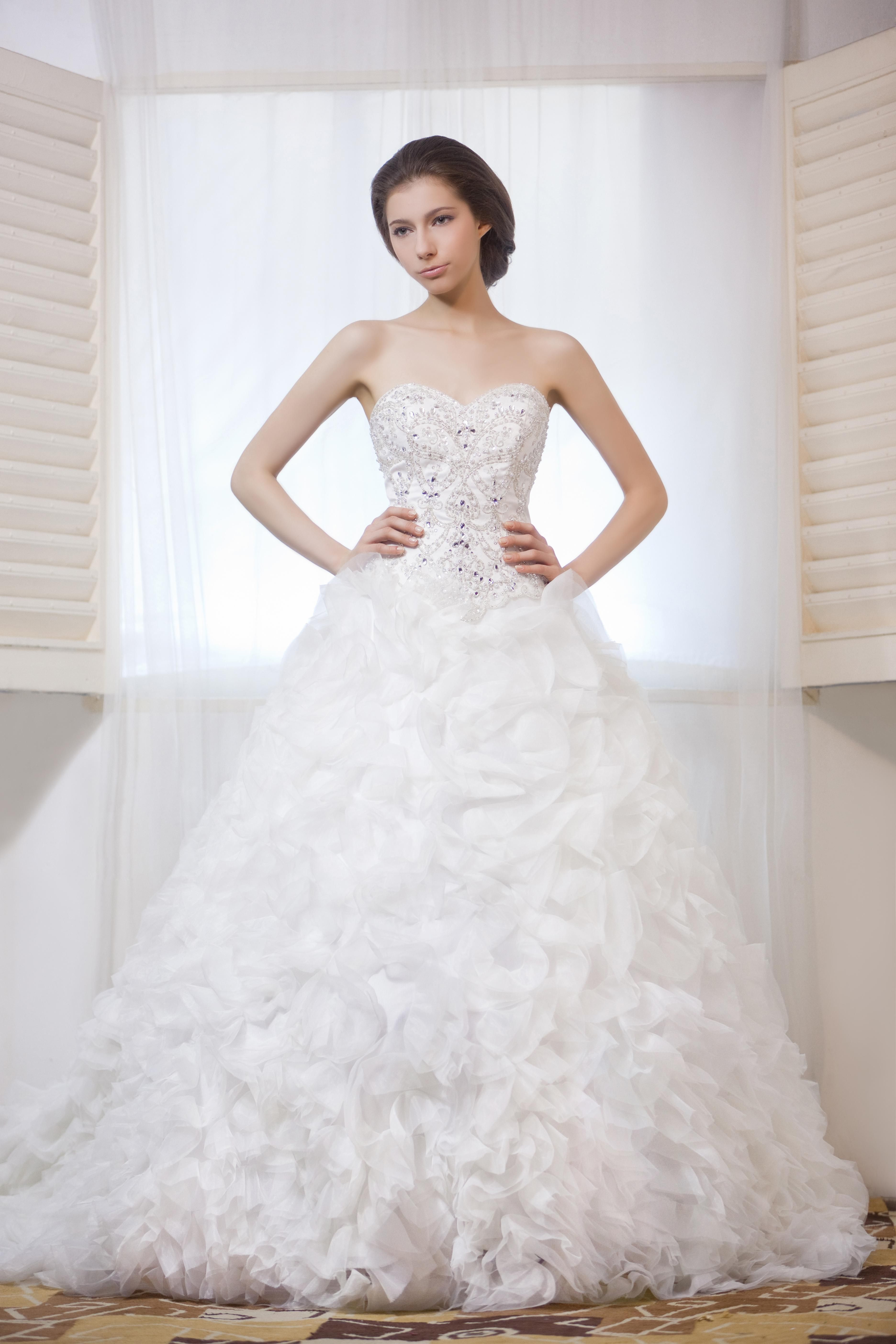 White strapless gown with sweetheart neckline and a tulle skirt ...