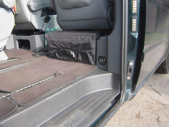 Geschirrtasche in der Mulde hinter dem Beifahrersitz