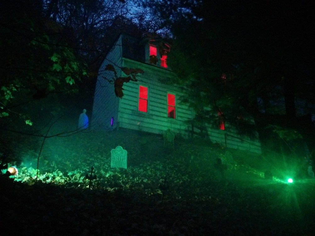 Genius Halloween Outdoor Lighting Ideas To Copy This Year 01 Halloween Outside Outdoor Halloween Halloween House
