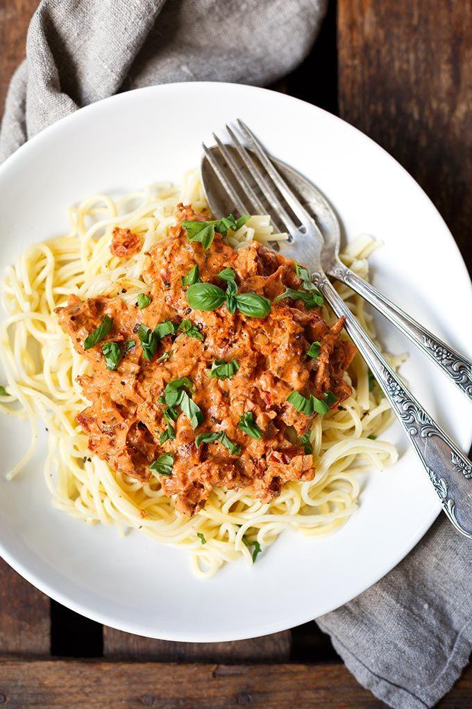 Nudeln mit Frischkäse-Tomaten-Sauce (Nur 15 Minuten!) - Kochkarussell
