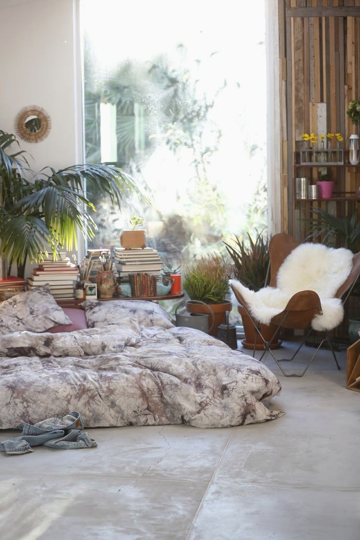 Urban outfitters bedroom - Lovely Bohemian Style Bedroom With Sheepskin Rug On Chair And Palms