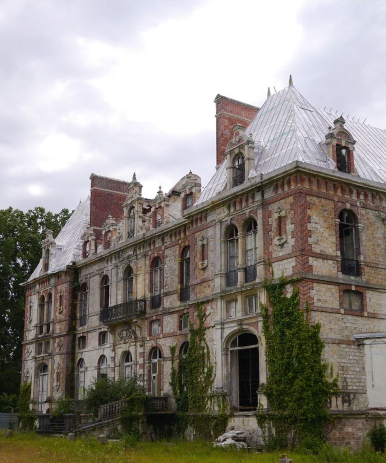 Pin by CaitieLin on Abandoned Places | Abandoned mansions, Abandoned
