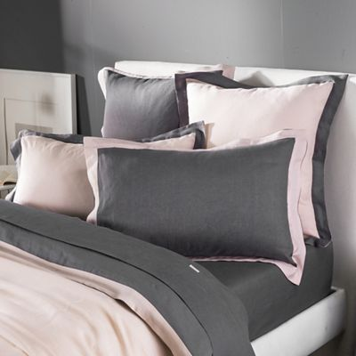 Made from beautiful 100% linen, Ekard creates a mix and match story for timeless versatility. The fully-reversible design contrasts two colours of linen in a simple framed…