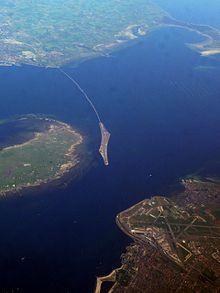 Sur la photo satellite on voit Copenhague en bas et l'île d'où part le pont qui arrive en Suède.