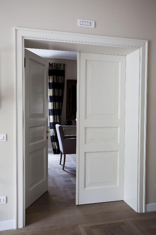 porta di ingresso bicolore verde e bianco ad arco con inferriata
