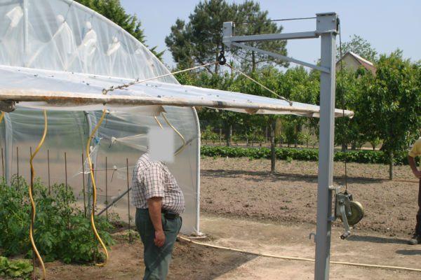 Solution astucieuse pour relever une porte relevable de - Comment monter une serre de jardin ...