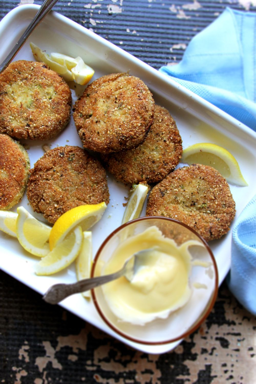 Almondflour crab cakes with lemon aioli crab cakes
