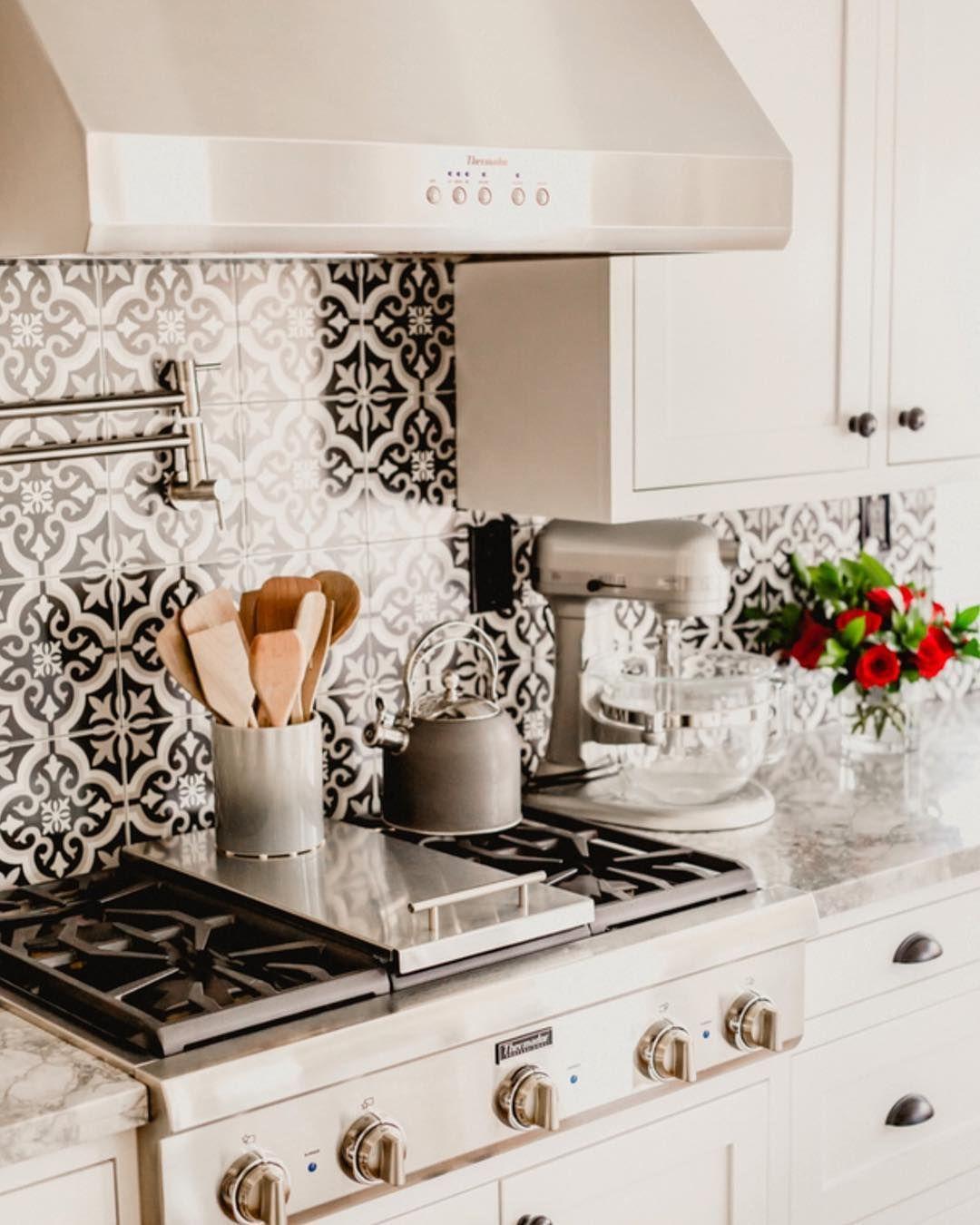 Pin By Autumn Allen On Cozy Cottage Kitchens Kitchen Backsplash Designs Modern Kitchen Tiles Modern Farmhouse Kitchen Backsplash
