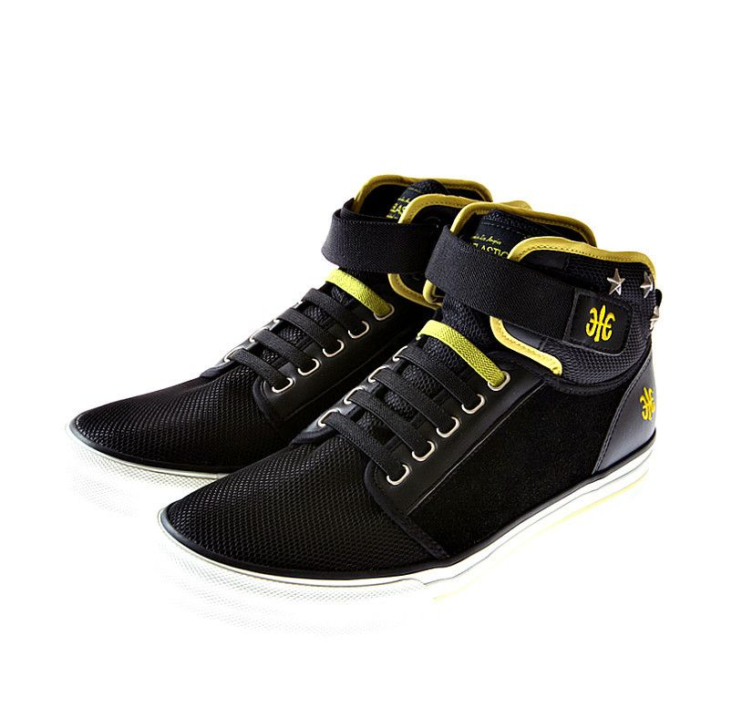 Modern short boots tied up with Velcro and elastic bands from Royal Elastics. All-purpose kicks for the youngsters in mind.