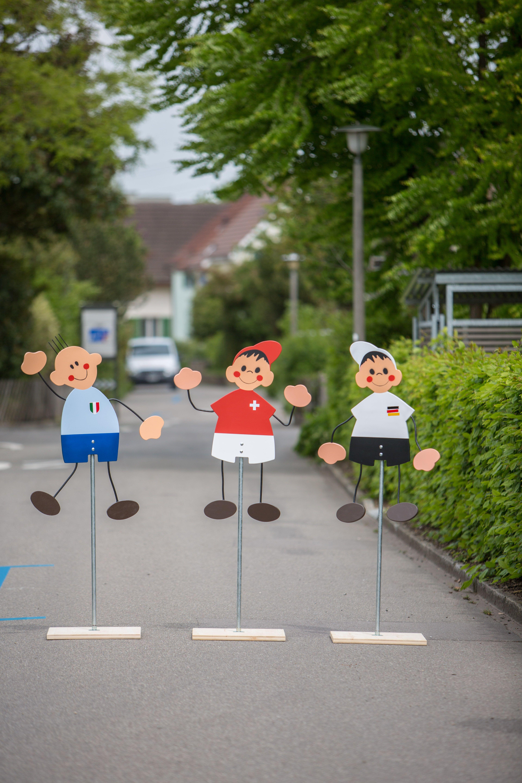 Hier erhältlich: http://q-design.ch/holz/strassenfiguren/?p=1 Unsere Fussballer-Strassenfiguren für die kommende Fussball Europameisterschaft! Schweiz, Deutschland oder Italien - Wer ist Dein Favorit? Der perfekte Fan-Artikel, als Geschenk für Fussballer oder für die ganze Familie. Hergestellt an geschützten Arbeitsplätzen in Winterthur, Schweiz