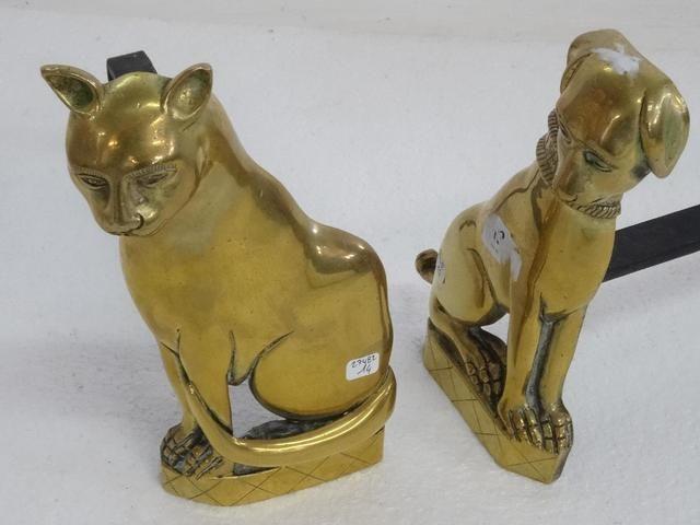 Paire de chenêts en laiton représentant un chien et un chat. XIXe