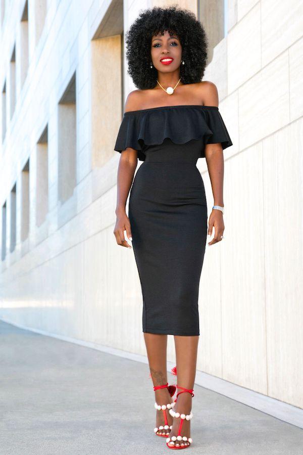 Vestido negro corto con zapatillas rojas