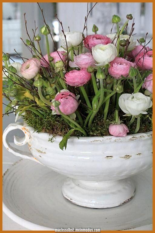 Ausgezeichnet Frühlingsblumen zu Händen die Dekoration welcher Eintrittstür. Rosa und weiße Blumen zwischen ... #blumen #dekoration #eintrittstur #fruhlingsblumen #handen #welcher #zwischen