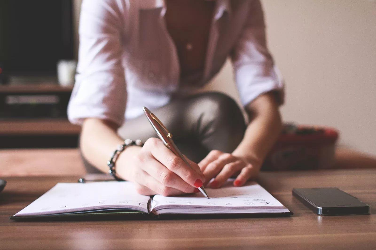 фото девушка пишет письмо за столом: 16 тыс изображений найдено в ...