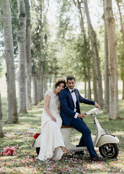Ceremonia en el bosque. Los novios en Vespa. Boda rústica. Detallerie Wedding Planners. Ceremony in the woods. Bride and groom Vespa. Rustic Wedding.