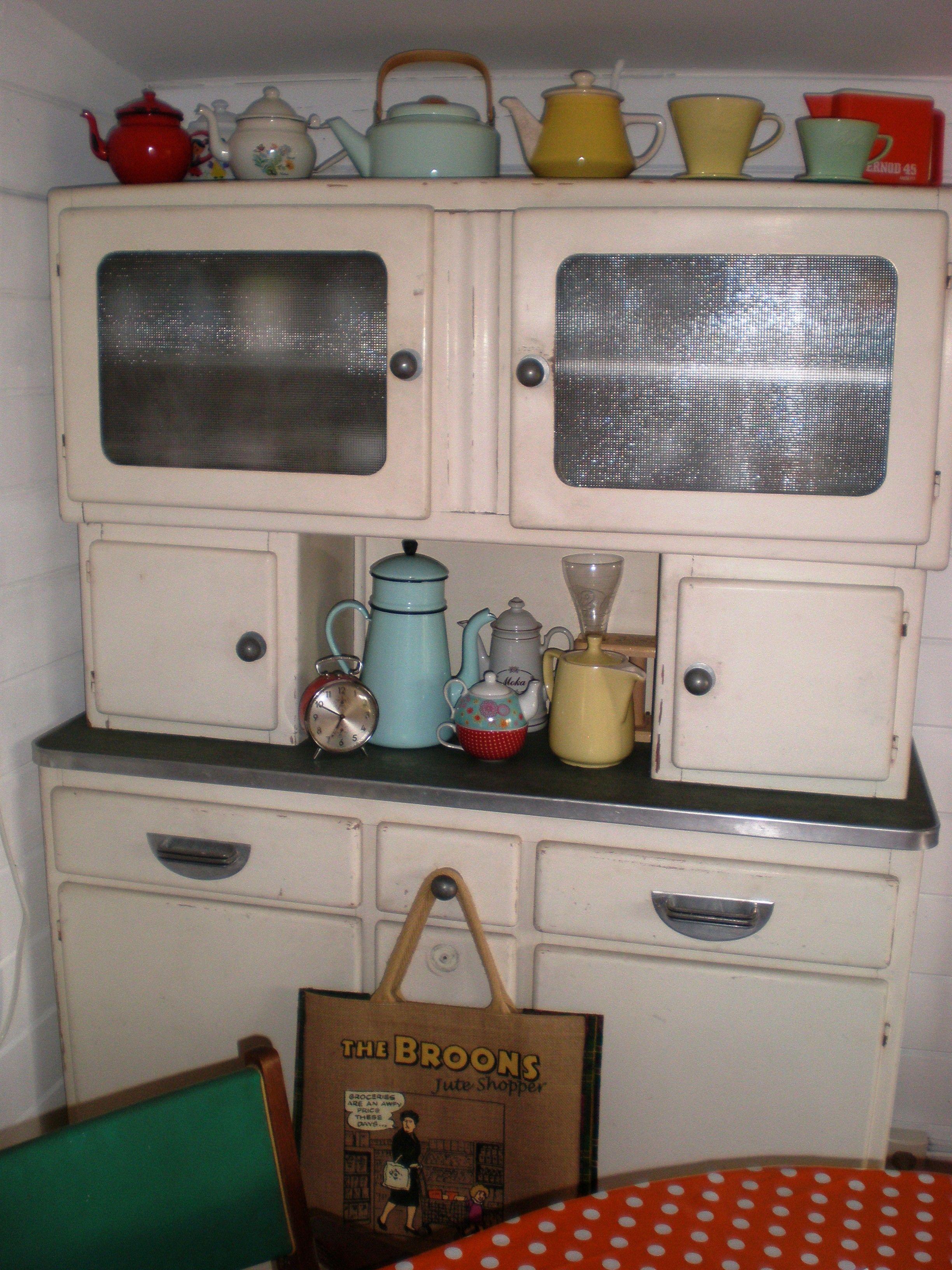 le petit buffet mado dans son jus et sa charmante collection de th i res vintage meubles. Black Bedroom Furniture Sets. Home Design Ideas
