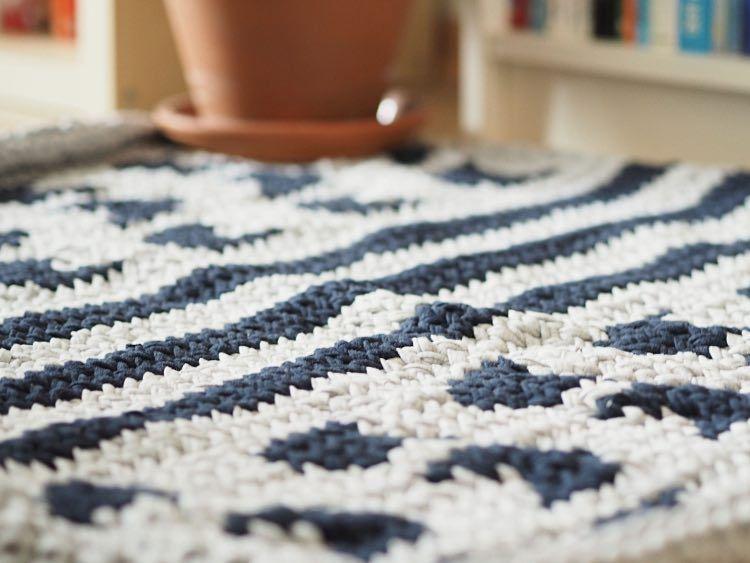 diy anleitung gemusterten teppich aus textilgarn stricken. Black Bedroom Furniture Sets. Home Design Ideas