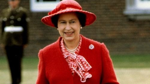Queen Elizabeth Ii During A Visit In The 80 S She Made To Rousillon Barracks The Headquarters Of The Royal Military Fashion 1980s Fashion Queen Elizabeth Ii