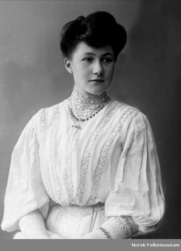 1908. Young Edwardian lady with beautiful hair, wearing a lovely shirtwaist.