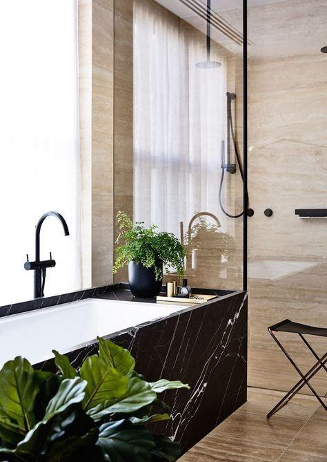 Une baignoire en marbre noir pour salle de bains design ...