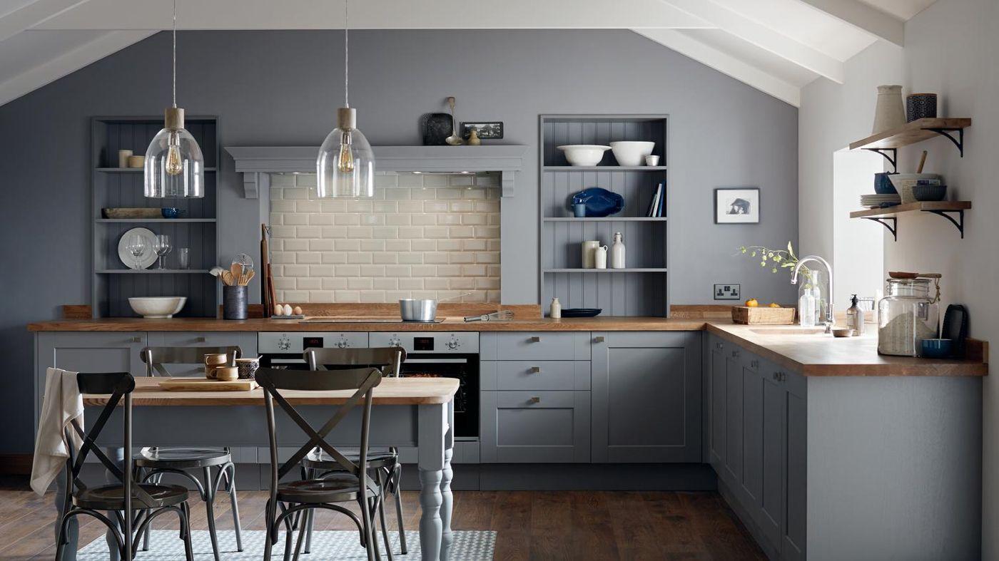 Kuche Mit Arbeitsplatte Aus Holz Staubgraue Kuchenschranke Und Cremeweiss Wandschranke In 2020 Graue Kuche Kuchenrenovierung Deko Tisch